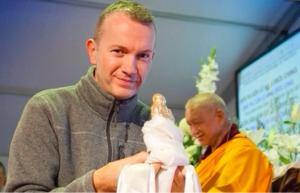 Steve haciendo un ofrecimiento en la puja de larga vida de Lama Zopa Rimpoché en Italia 2017